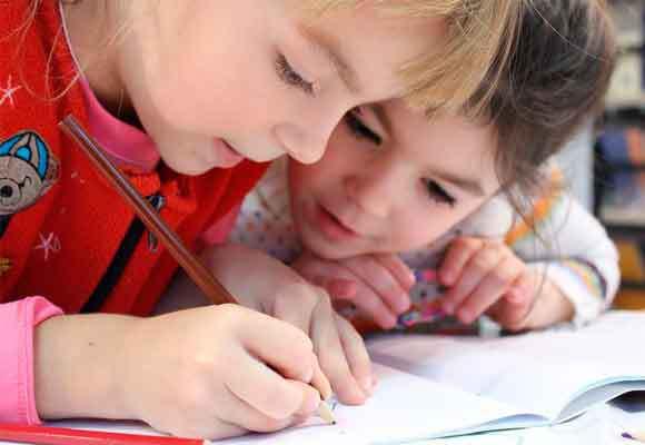 Hay que contrastar el trabajo y desempeño del pequeño con el de sus compañeros de la misma edad sabiendo que existe un margen variable en tiempo para cada niño